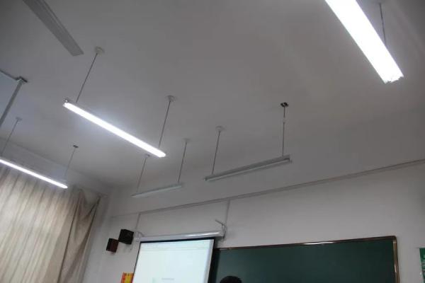 不少学校教室仍在使用传统荧光灯